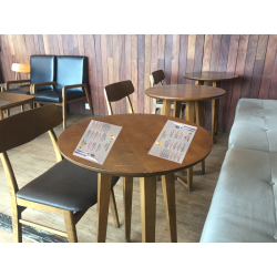 ejemplo de como queda en una mesa redonda la impresión de los 3.000 manteles personalizados en papel de alto gramaje